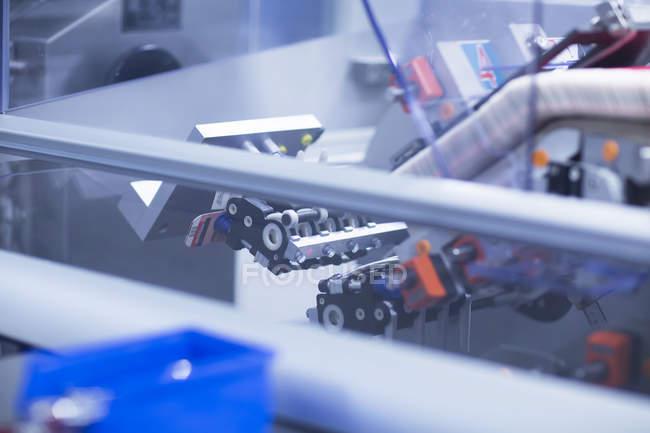 Nahaufnahme von silbernen medizinischen Fertigungsmaschinen, pharmazeutischem Konzept — Stockfoto
