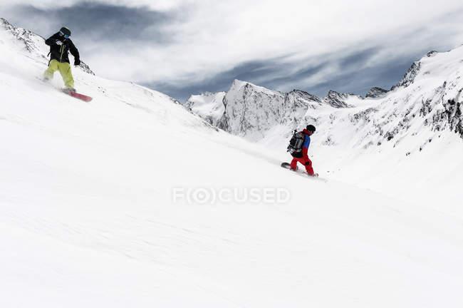 Двое мужчин, сноубординг, горные, Обергургль, Австрия — стоковое фото