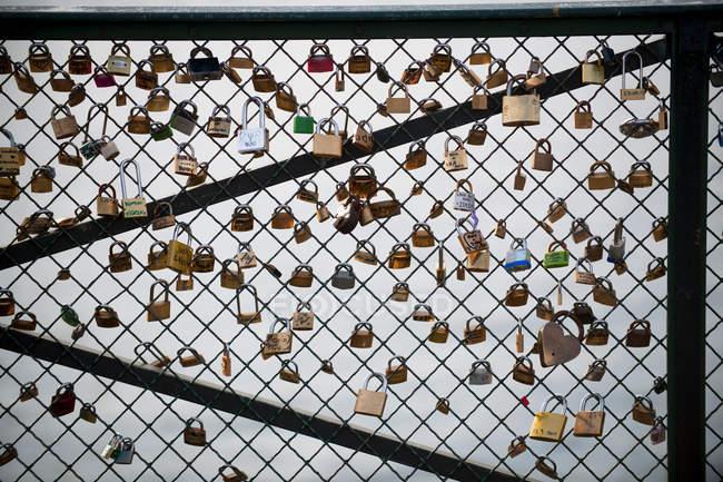 Замки висят на мосту, Париж, Франция — стоковое фото