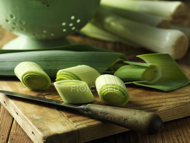 Sliced leeks on chopping board, close up — Stock Photo