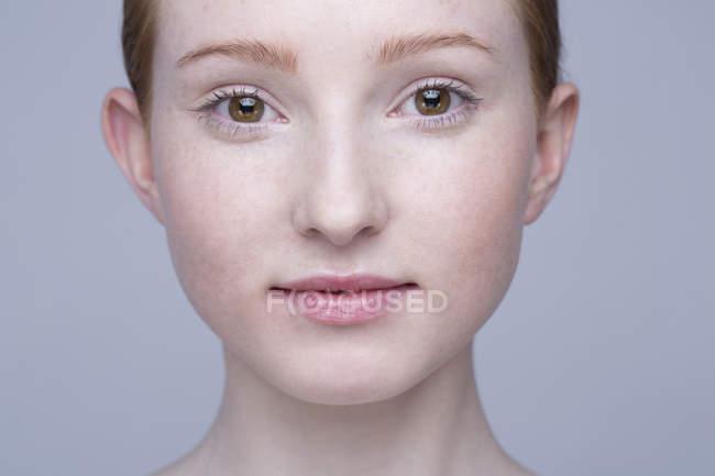 Retrato de mujer joven de cerca - foto de stock