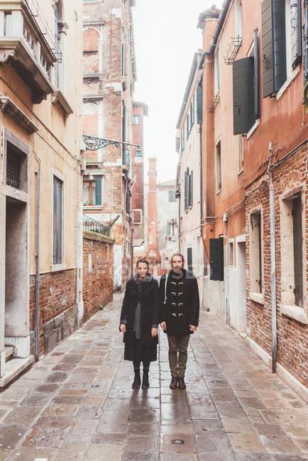 Портрет пара на вулиці, Венеція, Італія — стокове фото