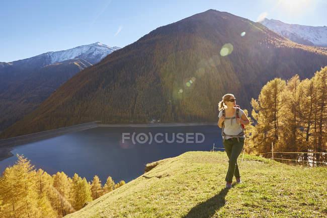 Escursioni femminili, vista panoramica, Schnalstal, Alto Adige, Italia — Foto stock