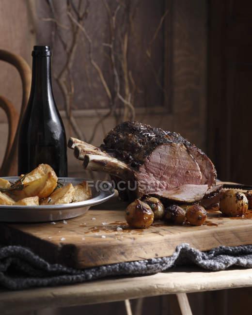 Toda rosbife e batatas assadas na tabela — Fotografia de Stock