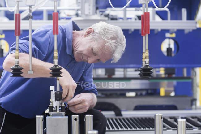 Ingénieur travaillant sur les commandes de composants électriques dans les installations d'ingénierie — Photo de stock
