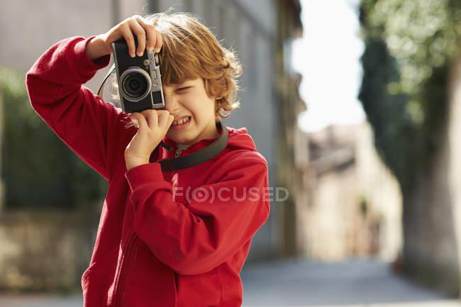 Мальчик фотографирует на улице, провинция Венеция, Италия — стоковое фото
