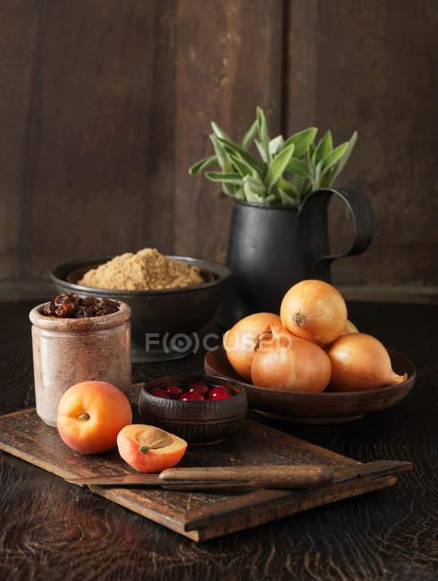 Aprikosen, Cranberries, braune Zwiebeln, Demerara Zucker und frischer Salbei — Stockfoto