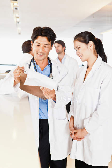 Doctor reading his notes to colleague — Stock Photo