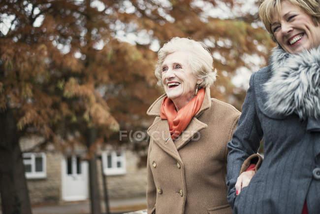 Старшая женщина и зрелая дочь гуляют на открытом воздухе — стоковое фото