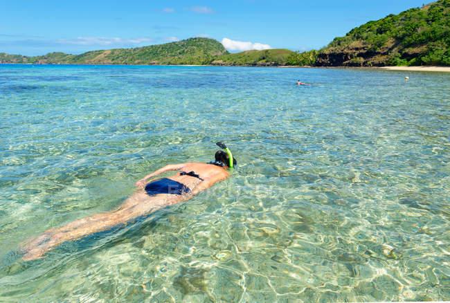Mergulho de mulher, Ilhas de Yasawa ilha grupo, Fiji, Pacífico Sul — Fotografia de Stock