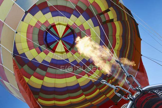 Низький кут зору повітряній кулі та Синє небо, Каппадокії, Анатолії, Сполучені Штати Америки — стокове фото