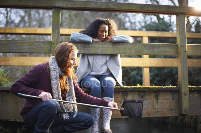 Coppia pesca sul ponte in campagna — Foto stock