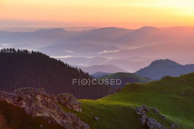 Paesaggio con nebbia al crepuscolo, Bolshoy Thach Nature Park, Montagne caucasiche, Repubblica di Adygea, Russia — Foto stock