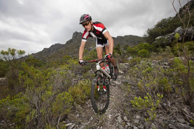 Молодой человек катается на горном велосипеде — стоковое фото