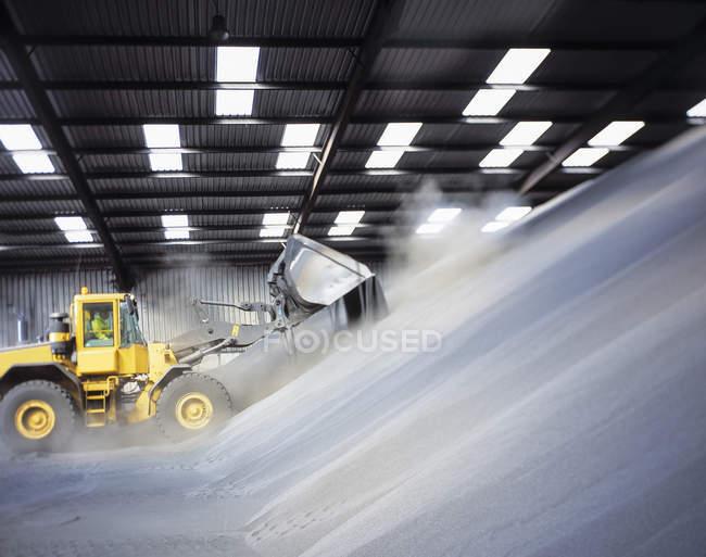 Digger carregando fertilizante a granel no porto — Fotografia de Stock