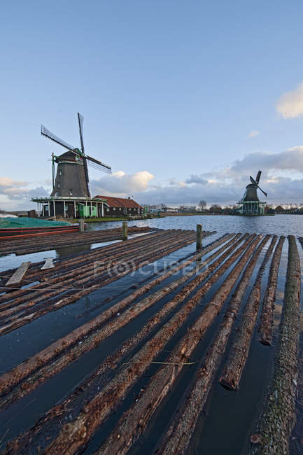 Ветряная мельница и плавающих бревна, Zaannse Сханс, Нидерланды — стоковое фото