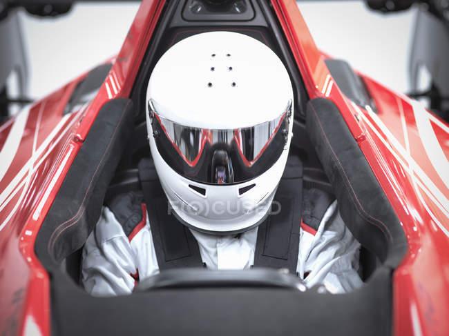 Rennfahrer tragen Helm in Supersportwagen — Stockfoto