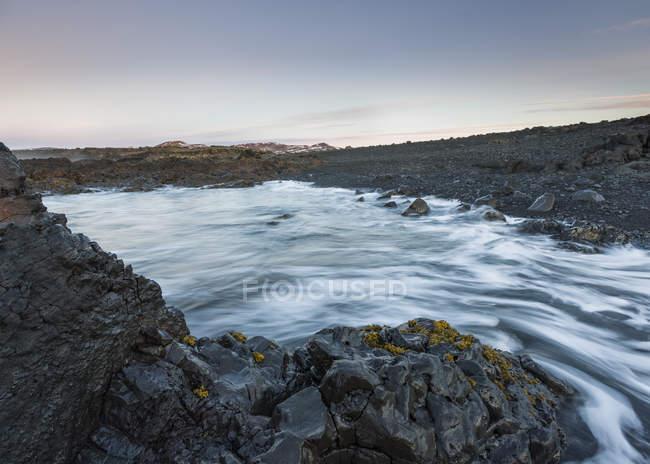 Размыты движение выстрел потока воды Каменистая река — стоковое фото