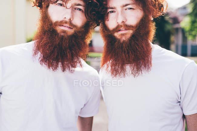 Портрет молодой мужской битник близнецов с красной бороды, носить белые футболки — стоковое фото