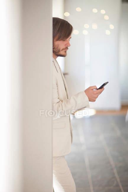 Giovane uomo con il cellulare — Foto stock