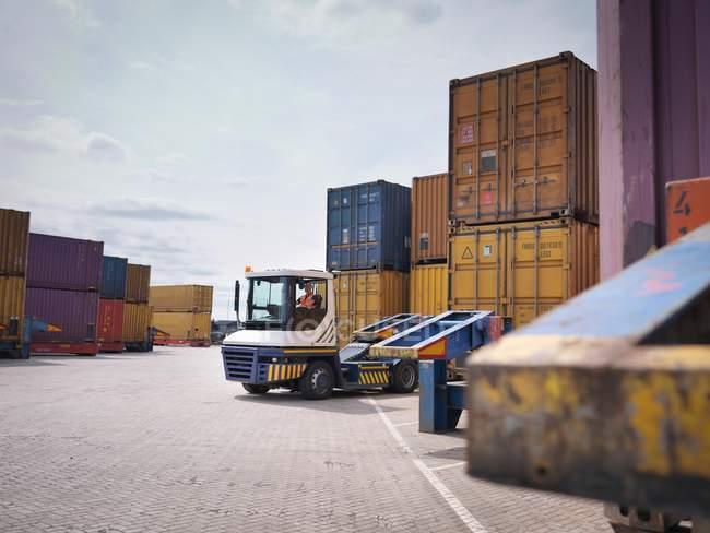 Recipientes e camiões no porto — Fotografia de Stock