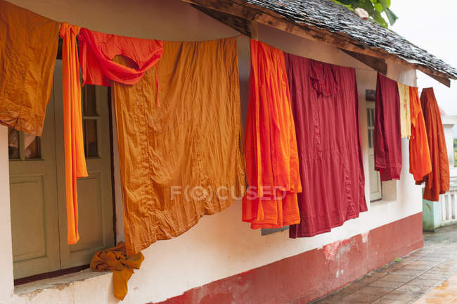 Robes hanging outside Buddhist monastery, Kentung, Shan State, Myanmar — Stock Photo