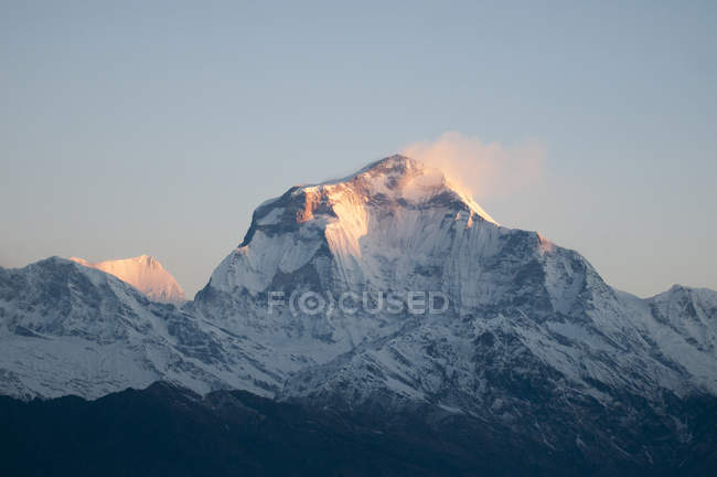 Snowcapped mountain peak in dawn sunlight, Nepal — Stock Photo