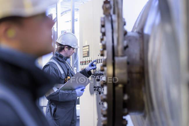 Lavoratori con macchinari in centrale idroelettrica — Foto stock