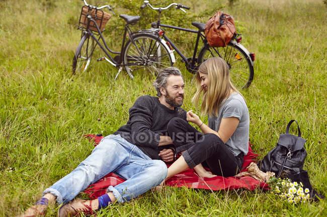 Romantisches Paar beim Picknick auf dem Land — Stockfoto
