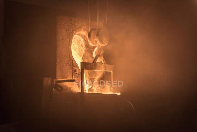 Metallo fuso versato in fonderia — Foto stock