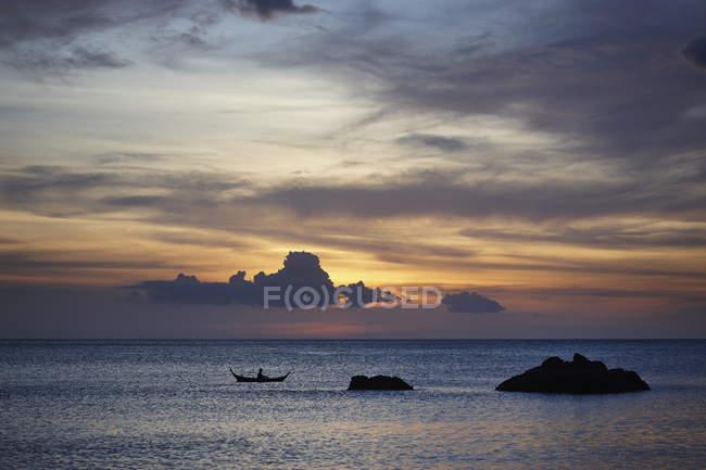 Під час заходу сонця силует морських скель і човен, Ко Ланта, Таїланд — стокове фото