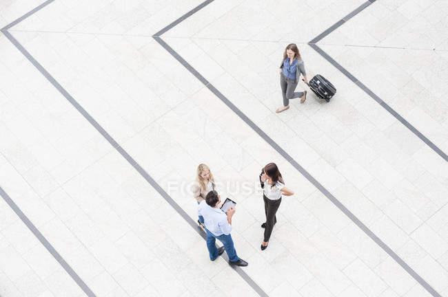 Vier Personen in der Halle, Hochwinkelansicht — Stockfoto