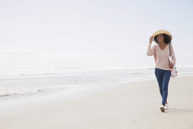 Молодая женщина, гуляющая по пляжу — стоковое фото