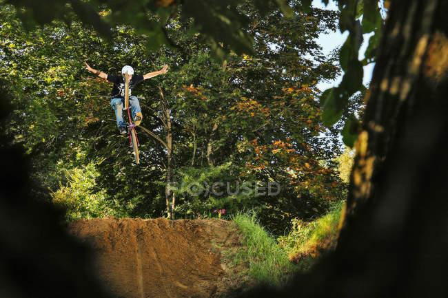 BMX rider середина повітря з розкритими обіймами — стокове фото