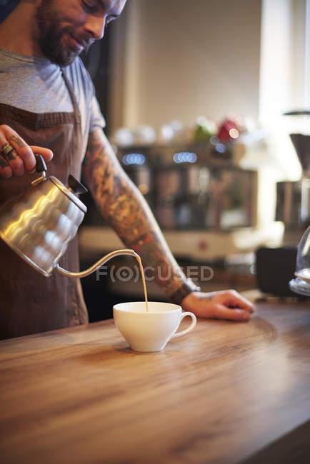 Баріста приготування кави в кафе — стокове фото