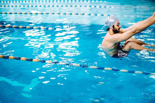 Mann im Schwimmbad Festhalten am Pool — Stockfoto