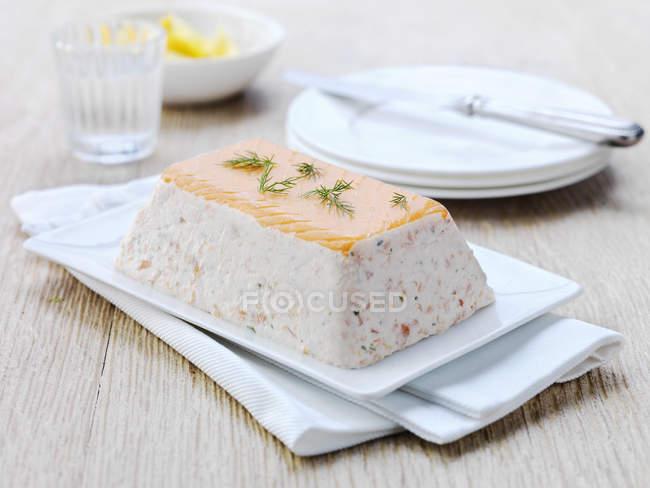 Terrine de saumon lochmuir servie sur assiette — Photo de stock