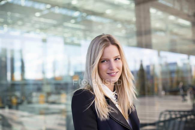 Портрет деловой женщины в аэропорту — стоковое фото