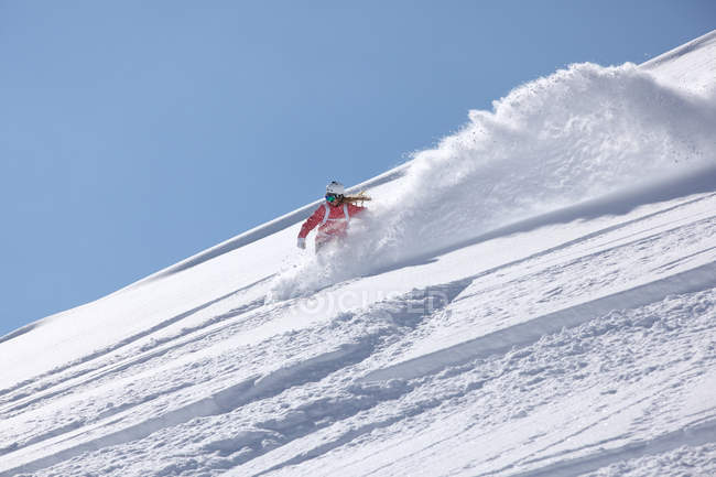 Молодая женщина, сноуборд вниз крутые горы, Хинтертукс, Тироль, Австрия — стоковое фото
