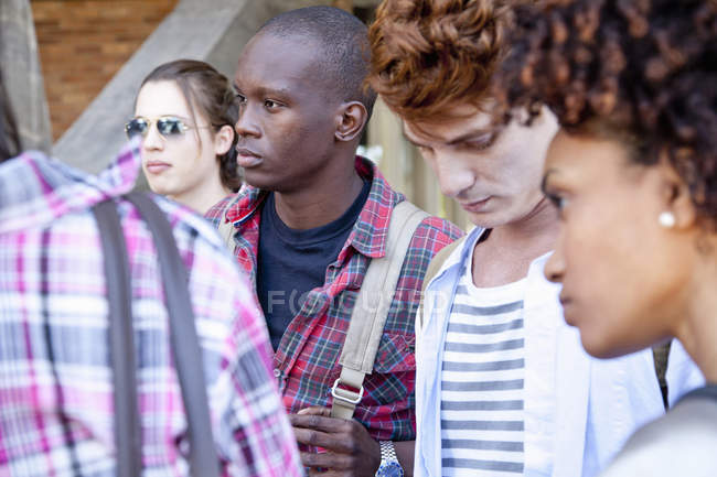 Groupe d'amis debout à l'extérieur — Photo de stock