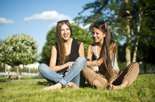 Two young female best friends laughing in park — Stock Photo