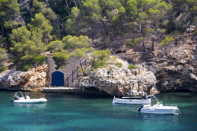 Barca a motore ormeggiata in porto, serra de tramuntana, Spagna — Foto stock