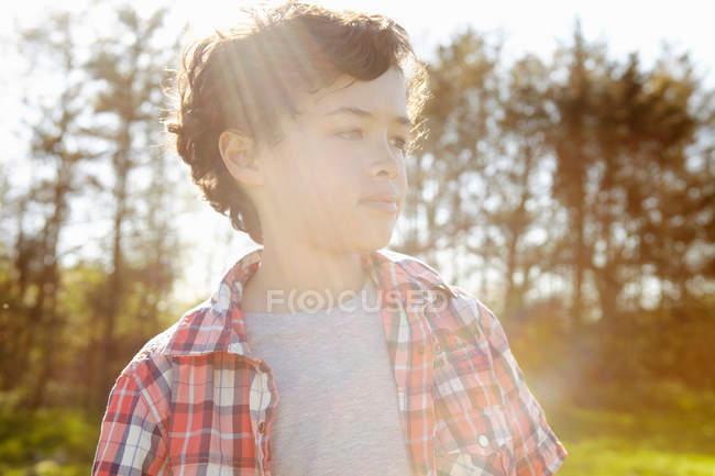 Portrait de garçon portant une chemise à carreaux dans le parc — Photo de stock