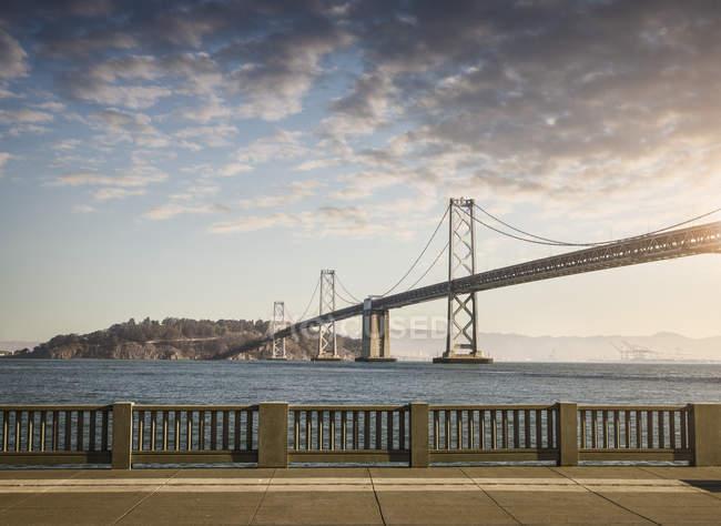 Vista de balaustrada y puente Golden Gate, San Francisco, California, EE.UU. - foto de stock
