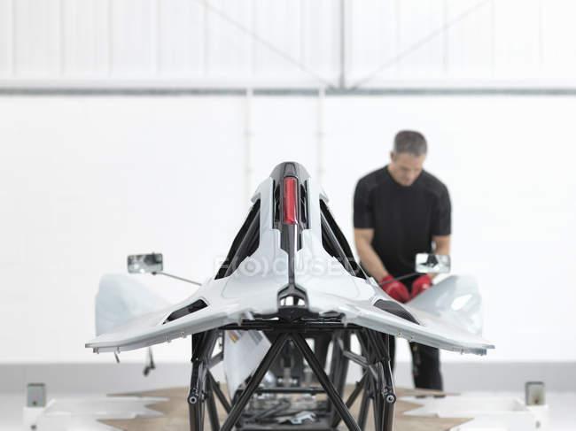 Ingenieur-Inspektion Carbon Fibre Auto Karosserie in Sportwagen-Fabrik — Stockfoto