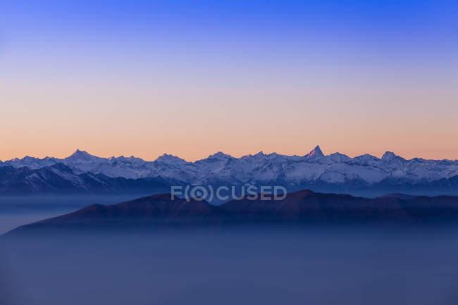 Hochgebirgslandschaft mit Talnebel in der Morgendämmerung, monte generoso, ticino, Schweiz — Stockfoto