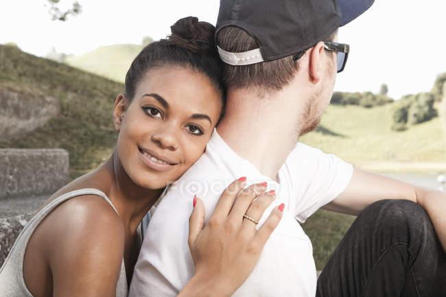 Junge Frau umarmt Freund — Stockfoto