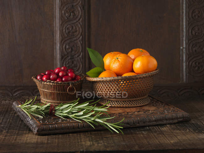 Clementines with cranberries and rosemary — Stock Photo