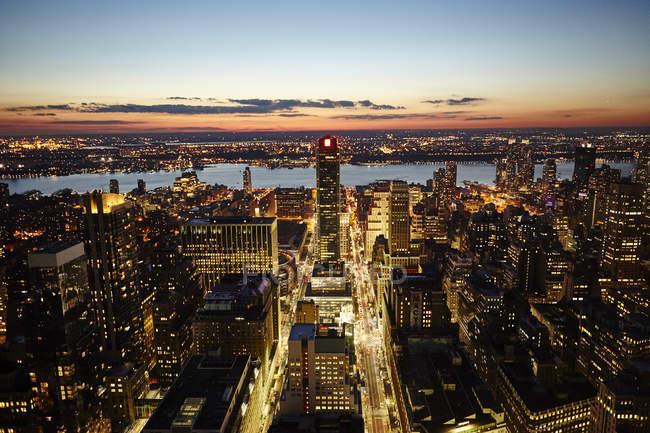 Paisaje urbano elevado al atardecer, Ciudad de Nueva York, Estados Unidos - foto de stock