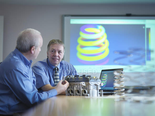 Інженери обговорюють інженерний дизайн у конференц - залі — стокове фото